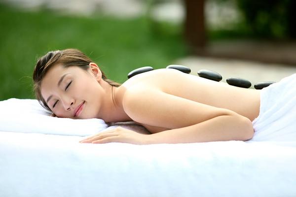 Massage bằng năng lượng đá nóng